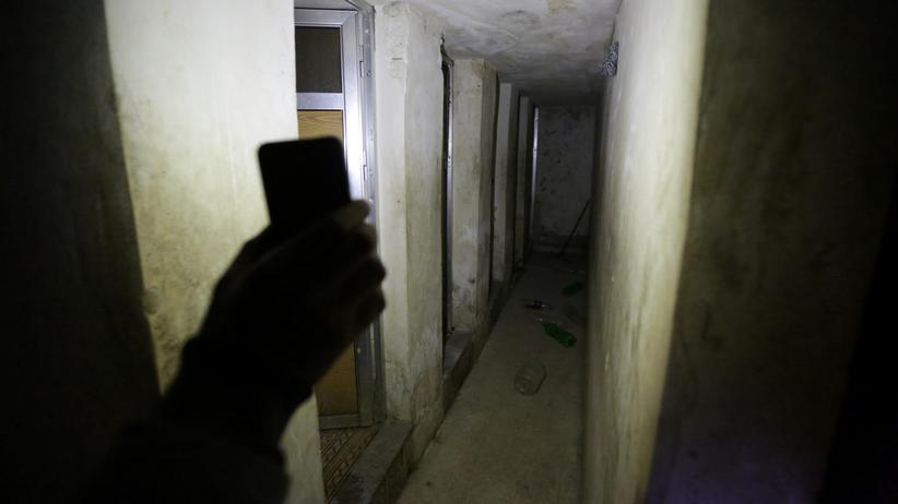 Frauengefängnisse: Ein syrischer Widerstandskämpfer beleuchtet ein unterirdisches Frauengefängnis in der Stadt Al-Bab. Seiner Aussage nach sei es von Islamisten betrieben worden.