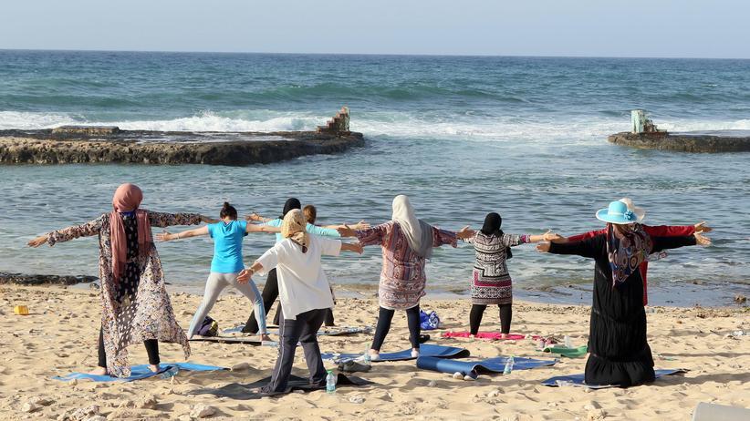 Libyen: Eine der neu erkämpften Freiheiten: Frauen machen öffentlich Yoga am Strand der libyschen Hauptstadt Tripolis.