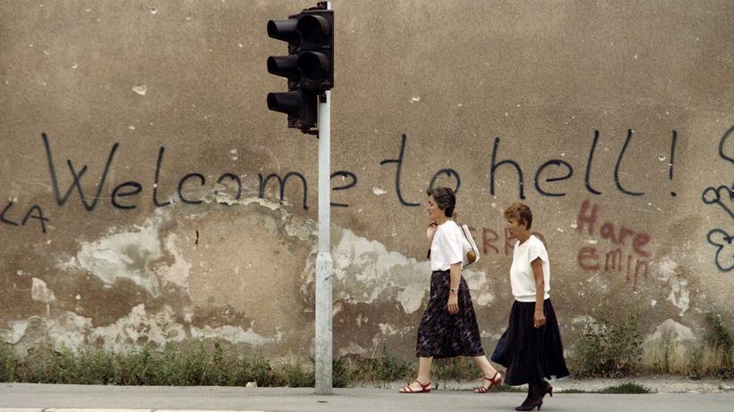 Kriegsflüchtlinge: Während des Bosnienkriegs: zwei Frauen 1993 in Sarajewo auf der sogenannten Scharfschützen-Allee