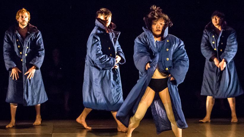 """China: Eine Szene aus dem Stück """"500 Meter: Kafka, Große Mauer, irreale Welt"""" von Tian Gebing"""