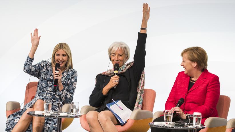 Feminismus: Wer auf diesem Panel sieht sich selbst als Feministin? Auf diese Frage auf dem Women20-Gipfel in Berlin heben Ivanka Trump (links) und Christine Lagarde (Mitte) die Hand. Angela Merkel nicht.