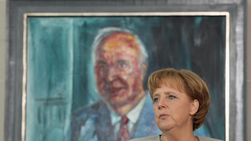 Helmut Kohl: Angela Merkel vor einem Porträt Helmut Kohls