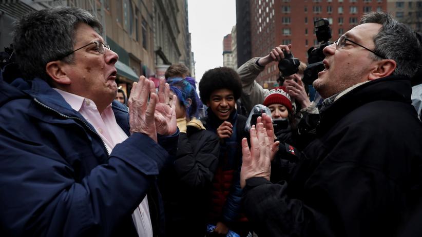 Konfliktmanagement: Ein Unterstützer (re.) und ein Gegner von US-Präsident Donald Trump streiten sich während einer Demonstration gegen Trumps Einwanderungspolitik in Manhattan.
