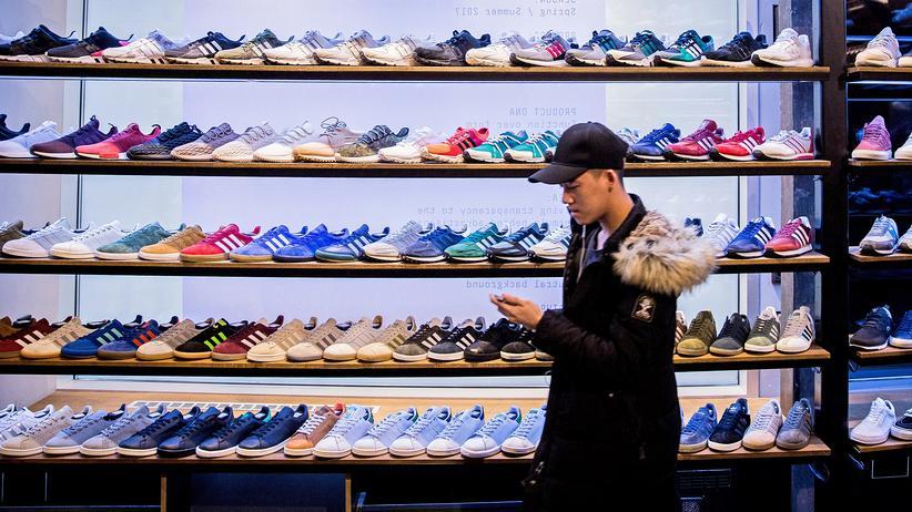 Kapitalismus: Wer soll all diese Sneaker kaufen? Und warum? Ein Bild aus einem Turnschuhgeschäft in Berlin.