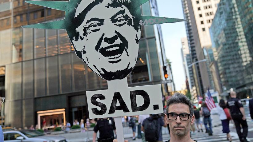 Demokratie: Ein Demonstrant gegen den US-Präsidenten Donald Trump in New York