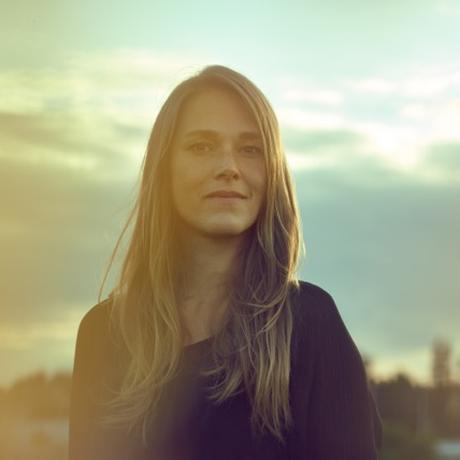 """Wohnen auf dem Land: Sabine Kray wurde 1984 in Göttingen geboren. Heute lebt sie in Berlin, wo sie als Autorin und Übersetzerin arbeitet und sich als Mentorin für junge Mädchen bei der Bürgerstiftung Neukölln engagiert. Ihr Debüt, """"Diamanten Eddie"""", ist im Frühjahr 2014 bei der Frankfurter Verlagsanstalt erschienen. Sie ist Gastautorin von """"10 nach 8""""."""