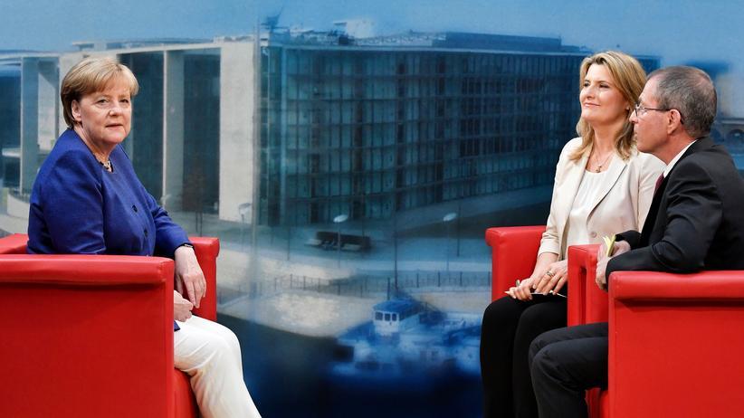 Sommerinterview: Die Moderatoren Tina Hassel (Mitte) und Thomas Baumann (rechts) befragen die Bundeskanzlerin Angela Merkel beim ARD-Sommerinterview.