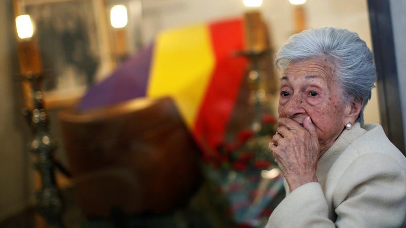 Franco-Diktatur: Ascensión Mendieta während der Totenwache ihres Vaters Timoteo im spanischen Guadalajara am 1. Juli 2017