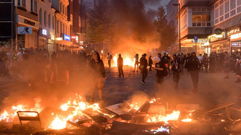 G20-Krawalle: Demonstranten hinter brennenden Barrikaden in Hamburg