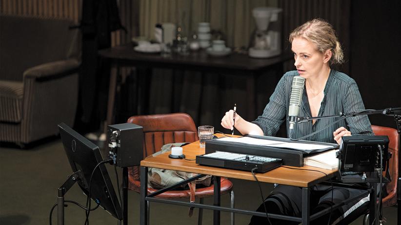 """""""Rückkehr nach Reims"""": Nina Hoss liest im Theaterstück aus """"Rückkehr nach Reims"""" vor – und berichtet dann von ihrer eigenen Familiengeschichte."""