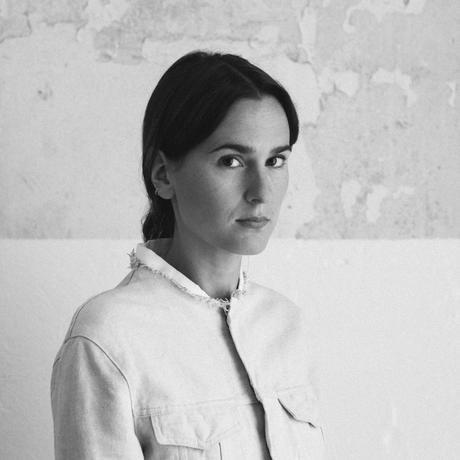 """Schamanismus: Lilli Heinemann, geboren 1985, arbeitet neben ihrem Studium an der Universität der Künste Berlin als freie Autorin. Sie schreibt über Stil und Gesellschaft und ist Gastautorin von """"10 nach 8""""."""