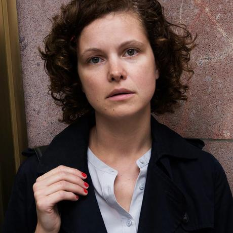 """Gleichberechtigung: Caroline Rosales, geboren 1982 in Bonn, arbeitet als Redakteurin der Funke Mediengruppe. Zudem ist sie Autorin von zwei Sachbüchern. Im Jahr 2012 gründete sie den Blog """"Stadtlandmama.de"""", der bis heute zu den größten Elternblogs in Deutschland zählt. Sie lebt mit ihren zwei Kindern in Berlin und ist Gastautorin von """"10 nach 8""""."""