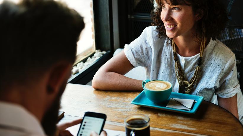 Beziehungen: Sie freut sich über den feinen Kaffee, er chattet mit den anderen: Eifersucht ist von gestern.