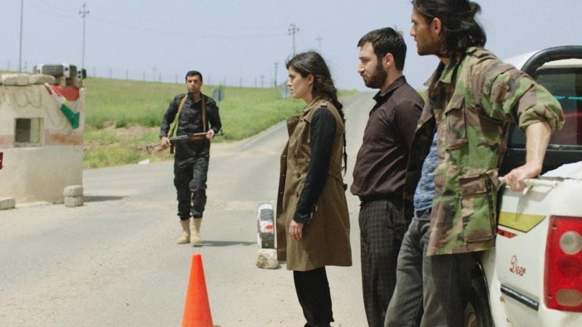 """""""Haus ohne Dach"""": Die Geschwister Liya (Mina Sadic, Mitte),  Jan (Sasun Sayan, Zweiter von rechts) und Alan (Murat Seven, rechts) wurden in der kurdischen Region des Iraks geboren und sind in Deutschland aufgewachsen."""