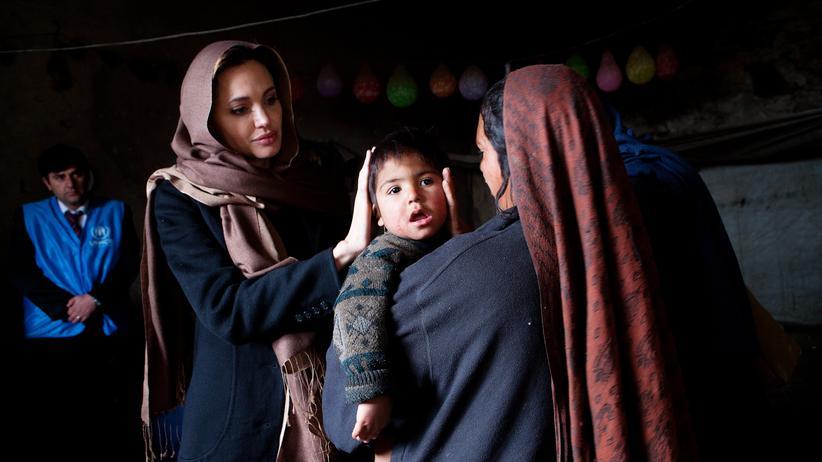 Hollywood: Als Botschafterin des UN-Flüchtlingswerks UNHCR besucht die Schauspielerin regelmäßig Flüchtlingslager wie hier in der afghanischen Hauptstadt Kabul, 2011.