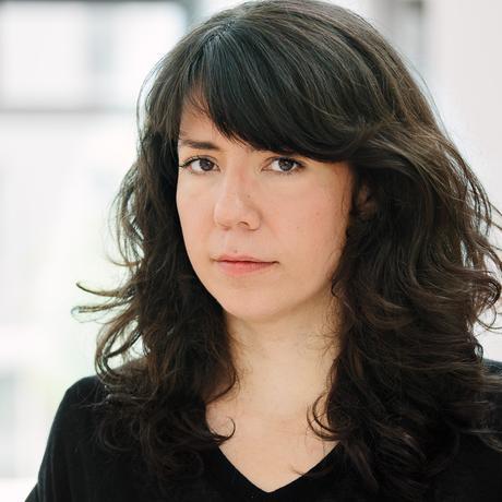 """Lisa Andergassen ist Medienwissenschaftlerin und freie Autorin. Ihre Schwerpunkte liegen auf dem Verhältnis von Fotografie und digitaler Kultur zu feministischer Theorie und Porn Studies. Sie lehrt und forscht an der FH und Universität Potsdam. Sie ist Gastautorin von """"10 nach 8""""."""