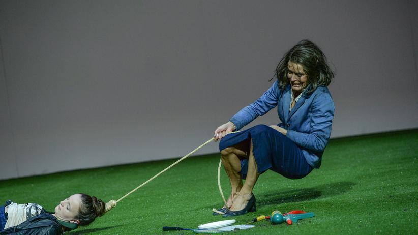 """Noah Haidle: In Noah Haidles Stücken geht es gern mal etwas ruppiger zu. Hier eine Szene aus dem Schauspiel """"Für immer schön"""" am Mannheimer Nationaltheater"""