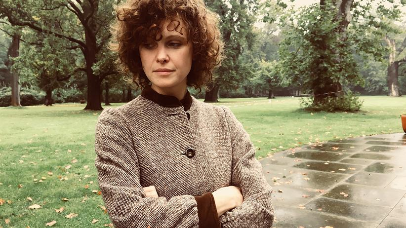 Die Autorin in einem Tweed-Samtmantel ihrer Großmutter