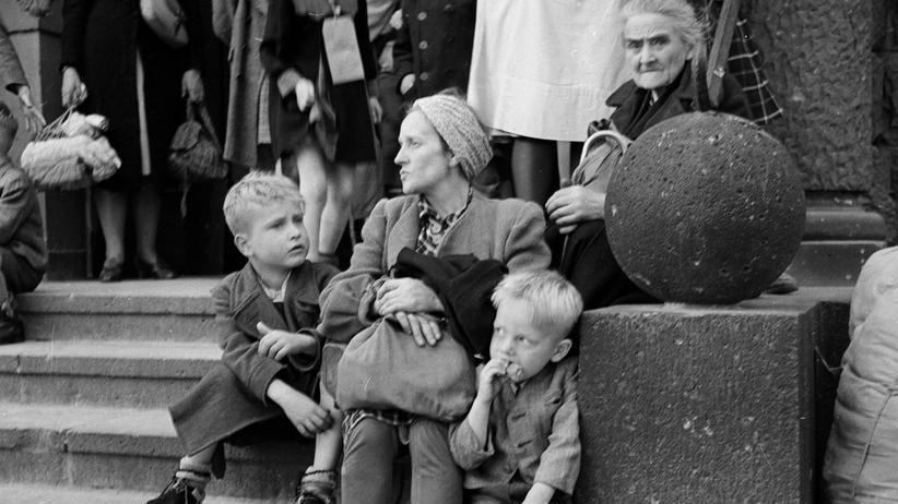 Flucht: Eine geflüchtete Familie in Berlin, 1946.