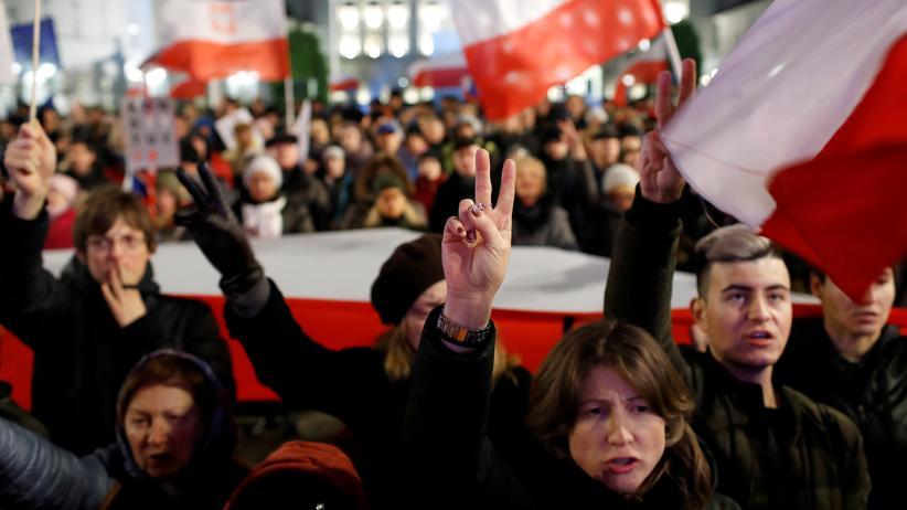 Polen: Er versucht es schon wieder: Jarosław Kaczyński will noch in diesem Jahr das Gerichtswesen reformieren. Doch dagegen formiert sich scharfer Protest.
