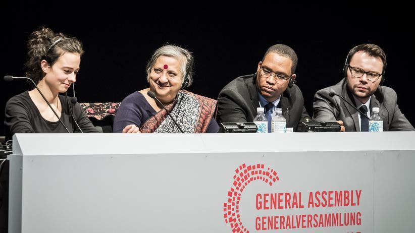 """Schaubühne: Der Vorsitz des """"Weltparlaments"""" an der Berliner Schaubühne mit der Parlamentspräsidentin Khushi Kabir aus Bangladesch (zweite von links)"""