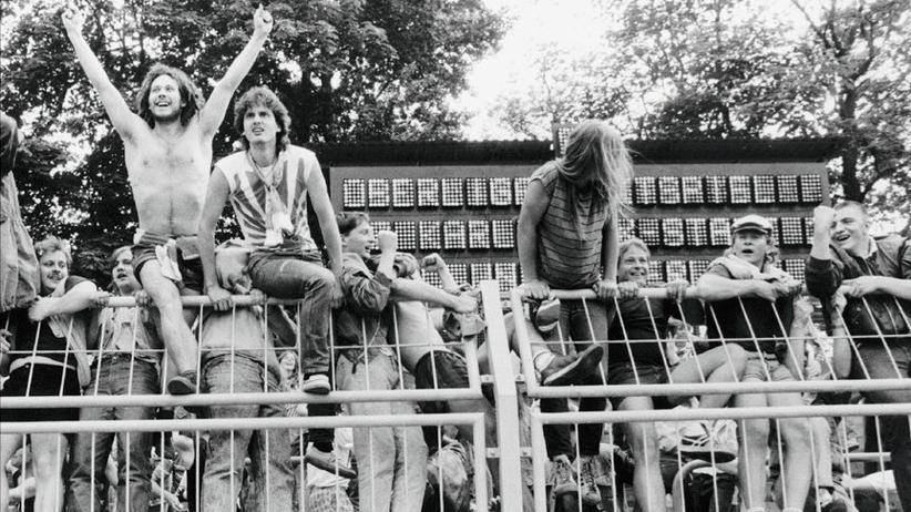 """Fußball: Fußballfans in der DDR, Anfang der Siebziger: Szene vom Titelbild des Buches """"Stadionpartisanen"""", das Anne Hahn zusammen mit Frank Willmann verfasst hat."""