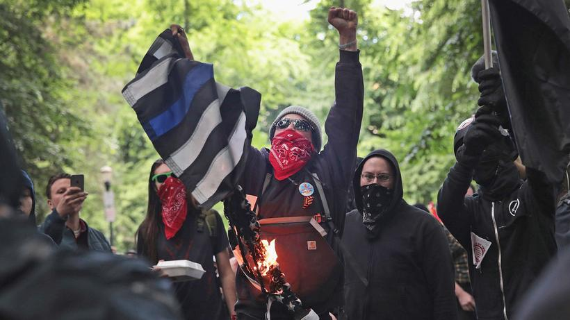 https://img.zeit.de/kultur/2017-12/antifa-usa-mark-bray-portland/wide__820x461__desktop