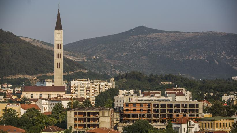 Mostar: Ein Blick über Mostar, auf das Franziskanerkloster, das im Jahr 2000 wiederaufgebaut wurde