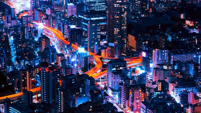 Smart Cities: Nachtaufnahme aus Tokio: Wenn alle auf der Hauptstraße fahren wollen, kann man die Nebenstraßen schließen. Oder vielleicht lieber nicht?