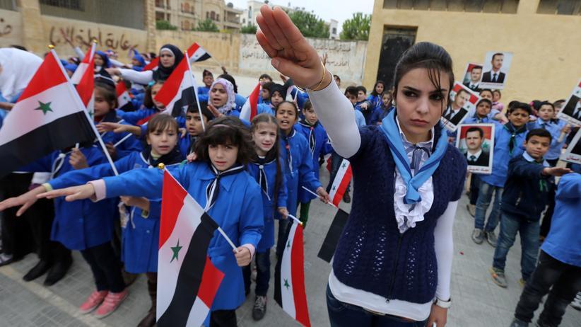 Schulalltag in Syrien: Früher war es Hafiz al-Assad, der Syriens Kinder für die Partei instrumentalisierte. Danach, wie hier auf einem Bild von 2014 aus Aleppo, führte sein Sohn Baschar al-Assad das Prinzip fort.
