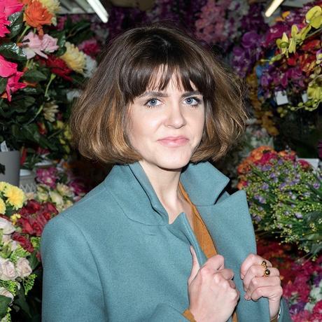 """Zweifel: Julia Friese (1,70m) ist Deutschlands größte Pop-Autorin, Musikkritikerin und Kolumnistin. Als Kind war sie kleiner. Sie ist Gastautorin von """"10 nach 8""""."""