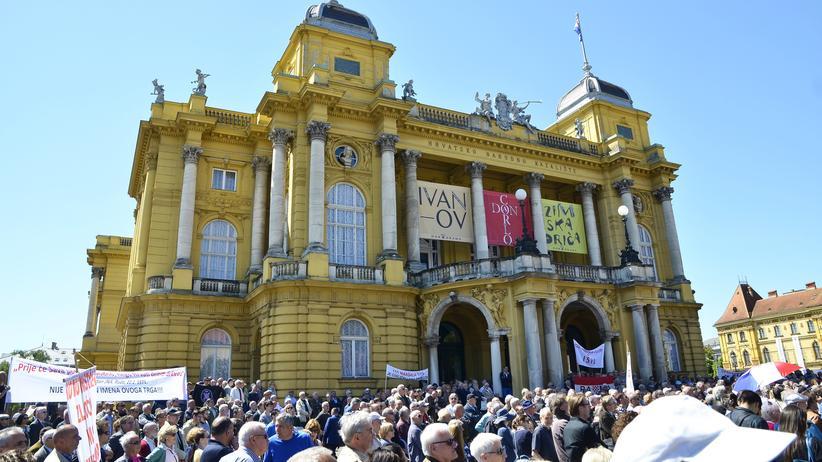 Kroatien: Die einen klammern sich an Traditionen, die anderen wollen das Land von totalitären Symbolen befreien: Demonstration in Zagreb vor dem Kroatischen Nationaltheater am 6. Mai 2017 für eine Umbenennung des Tito-Platzes.