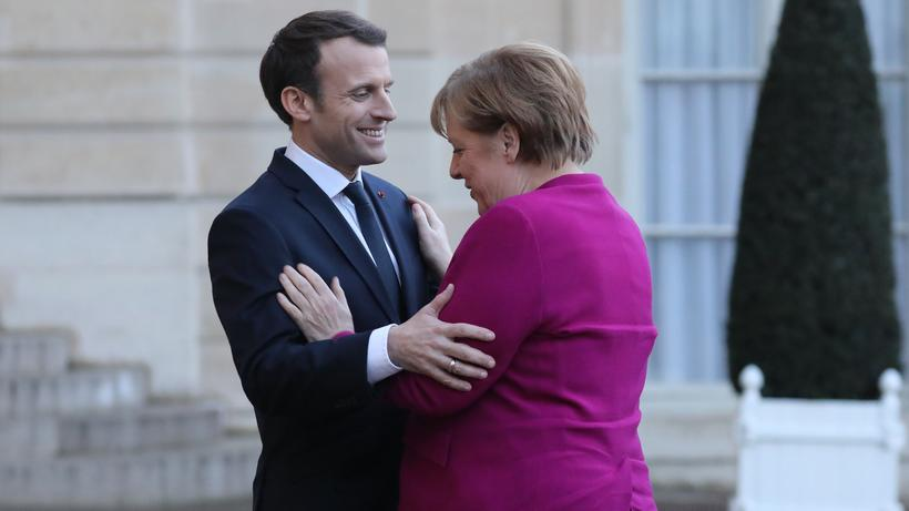 Politische Führung: Emmanuel Macron empfängt Angela Merkel im Elysée-Palast in Paris.