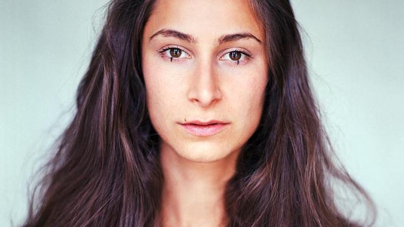 """Rassismus: Mateja Meded studierte an der Filmuniversität Babelsberg. Sie arbeitet als Schauspielerin. Zur Zeit stellt sie ihren ersten Langfilm fertig, """"Berlin Harlekin"""". Sie ist Gastautorin von """"10 nach 8""""."""