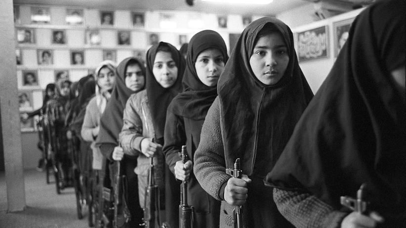 Krieg: Schulmädchen mit AK47: Während des Ersten Golfkriegs in den Achtzigerjahren wurden sie vorbereitet auf den Kampfeinsatz.