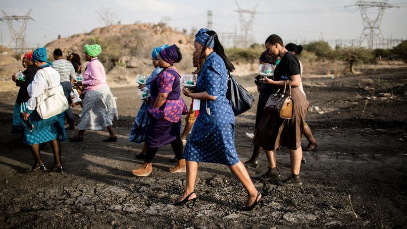 Rohstoffe: Die Frauen der Minenarbeiter kämpfen für mehr Mitspracherecht. Am 16. August 2017 jährte sich das Massaker von Marikana zum fünften Mal, hier sieht man die Witwen auf dem Weg zur Gedenkfeier.