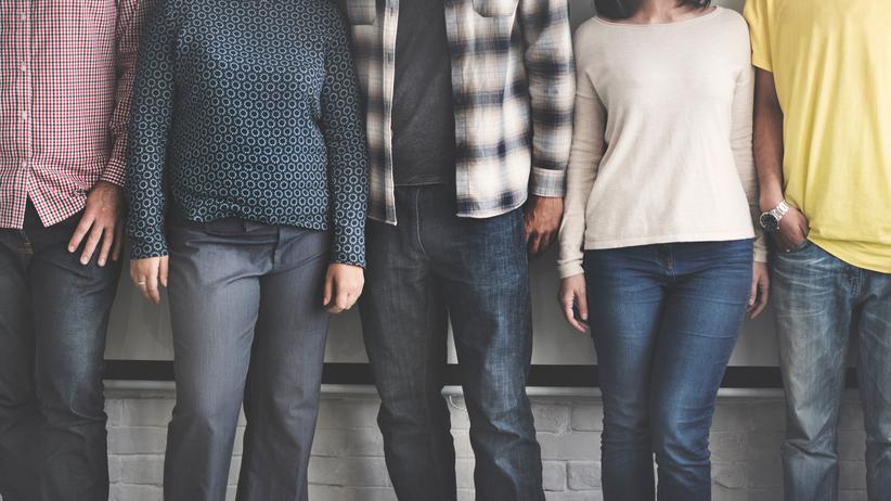 #MeToo: Dieses Bild zeigt drei Männer und zwei Frauen. Deren Körpersprache ist übrigens nicht zwingend den Männern zugewandt. Und das ist in sozialen Situationen oft ein Problem.