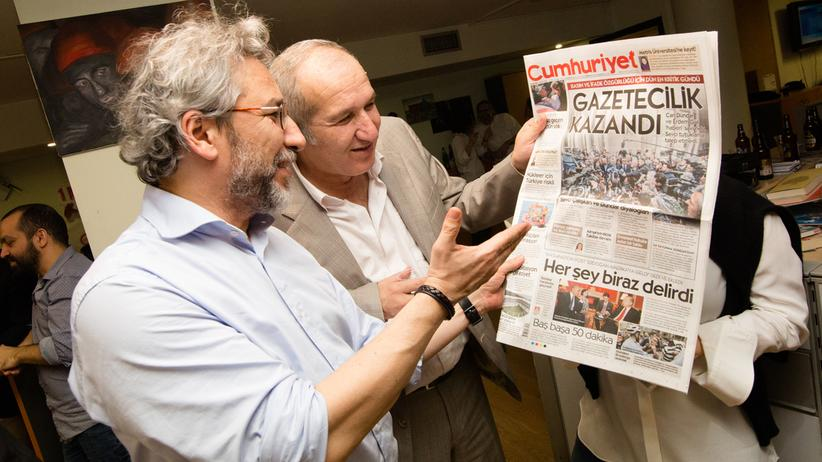 """Pressefreiheit in der Türkei: Can Dündar und Akın Atalay am 1. April 2016, nach dem zweiten Tag ihrer Anhörung. Der Titel auf der Ausgabe der """"Cumhuriyet"""" lautet: """"Der Journalismus siegt"""""""