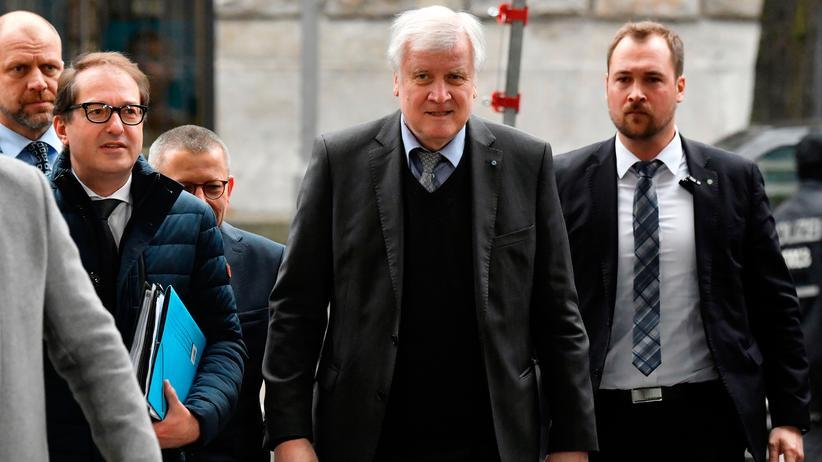 Rechtsstaat: Bundesinnenminister Horst Seehofer (2. v. r.) und der CSU-Landesgruppenchef Alexander Dobrindt (2. v. l.)