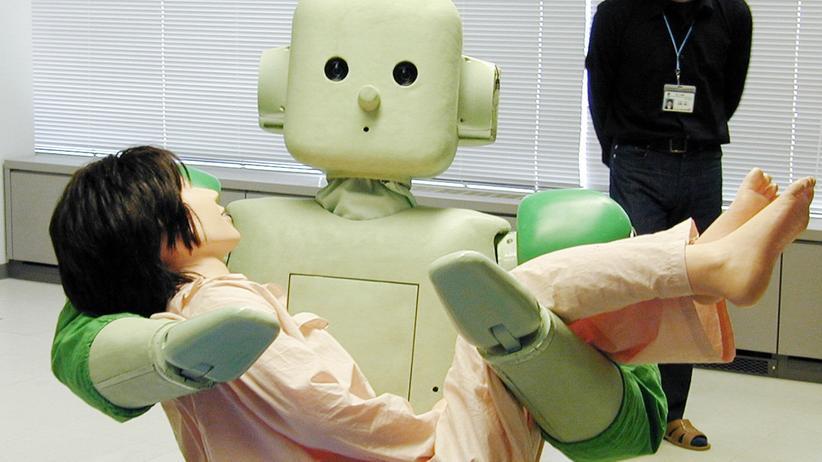 """Xenofeminismus: Präsentation des Care-Roboters """"Ri-Man"""" im Japanischen Institute of Physical and Chemical Research. Ri-Man ist 158 cm groß, wiegt 100 kg und kann Menschen tragen."""