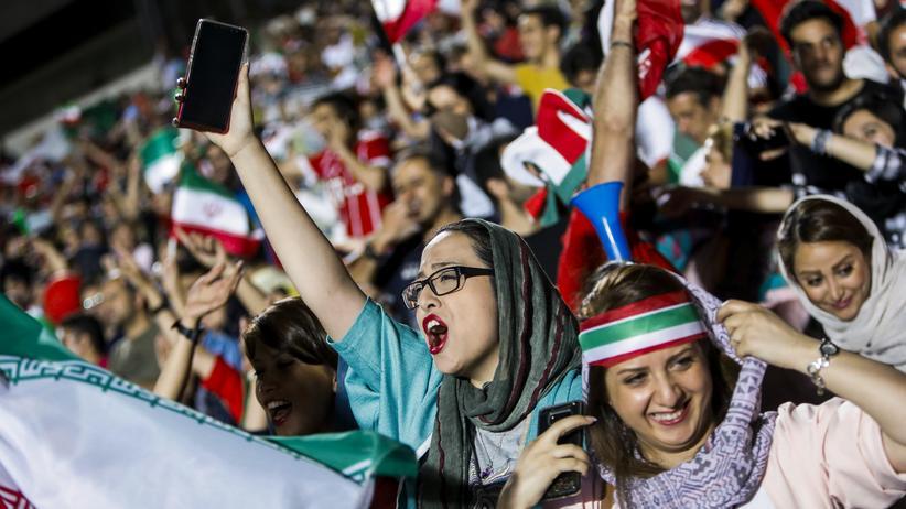 Frauenrechte: Iran gegen Spanien: Auch Frauen durften diesmal ins Teheraner Azadi-Stadion zum Public Viewing.