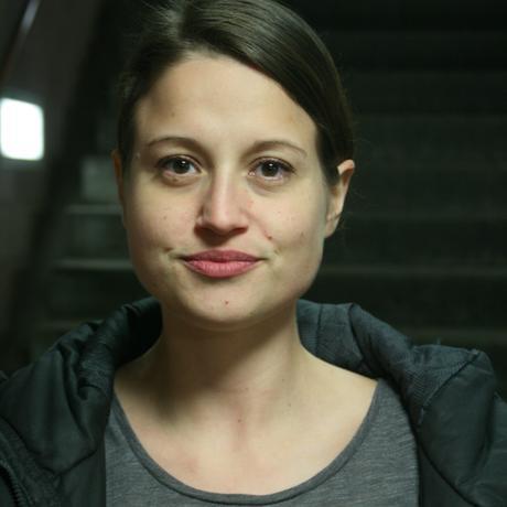 """Angela Lehner ist Autorin und Literaturwissenschaftlerin. Sie lebt in Berlin und Wien. Im Frühjahr 2019 erscheint ihr Roman """"Vater Unser"""" bei Hanser Berlin. Sie ist Gastautorin von """"10 nach 8""""."""