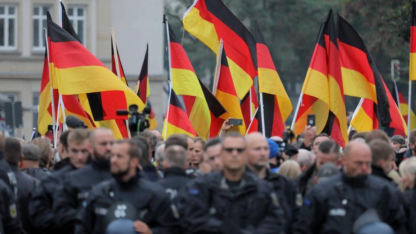 Demokratie: Demonstranten während eines sogenannten Trauermarsches am 1. September in Chemnitz