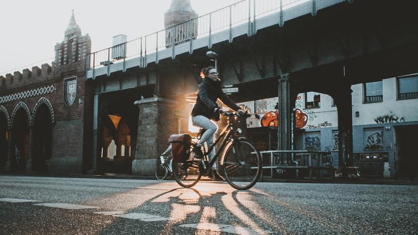 Alltagssexismus: Eine Radfahrerin an der Oberbaumbrücke in Berlin