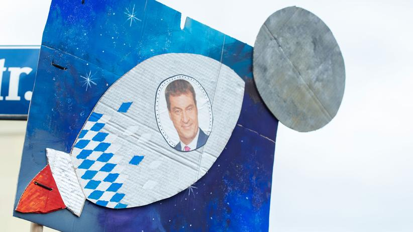 Hans Well: Das Porträt des bayerischen Ministerpräsidenten Markus Söder auf einer Papprakete, München, Oktober 2018.
