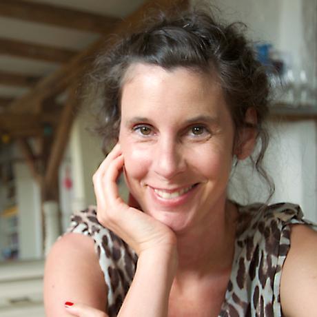 """Unsicherheit: Daniela Dröscher, Jahrgang 1977, schreibt Prosa, Theatertexte und Essays. Im Herbst 2018 erschien der autobiografische Text """"Zeige deine Klasse. Die Geschichte meiner sozialen Herkunft"""" bei Hoffmann & Campe. Sie ist Gastautorin von """"10 nach 8""""."""
