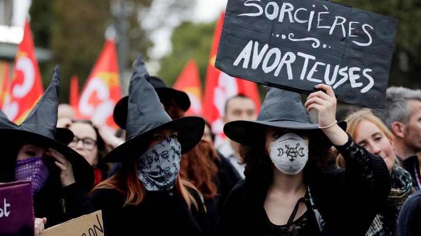 """Feminismus: Als Hexen verkleidete Demonstrantinnen halten ein Schild mit der Aufschrift """"Hexen Engelmacherinnen"""" hoch am Internationalen Tag für das Recht auf sichere Abtreibung am 28. September 2017 in Paris."""