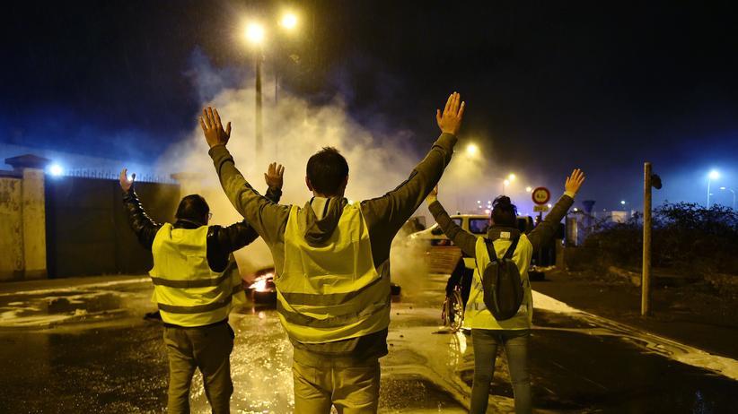 Gelbwesten: Gelbwesten protestieren vor einem Öldepot im französischen Le Mans, November 2019.