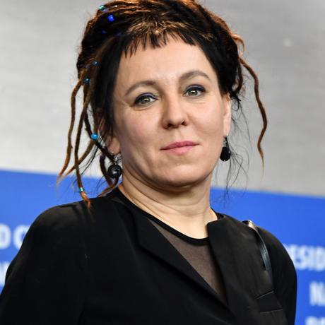 """Pawel Adamowicz: Die polnische Psychologin und Schriftstellerin Olga Tokarczuk wurde 1962 geboren. Sie ist eine der prominentesten literarischen Stimmen ihres Landes. Ihr Roman """"Der Gesang der Fledermäuse"""" wurde im Kinofilm """"Pokot"""" verarbeitet, der 2017 auf der Berlinale lief. Zuletzt erhielt sie, zusammen mit der Übersetzerin Jennifer Croft, 2018 den Man Booker International Prize für ihr Buch """"Unrast""""."""