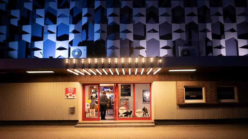 Finsterwalde: An einem Freitagabend in Finsterwalde: Ein Besucher betritt den Weltspiegel, das einzige Lichtspielhaus am Ort.